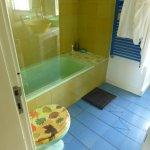 Badezimmer oben, mit zersplitterten Fliesen