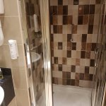 Room 527 - spotlessly clean bathroom