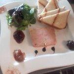 Foie gras fait maison servi avec des compotées