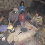 Autour du feu le soir en famille autour d'Atayek et ses filles