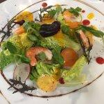 Salade craquante, crevettes roses, vinaigrette exotique