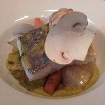 Pavé de merlu planché, poêlée et purée de légumes de saison, passion