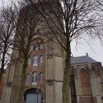 De ingang van de kerk met de grijze poort