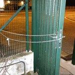Portillon bloqué ouvert la nuit ==> parking non sécurisé