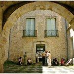 La cour intérieure du Musée de Lodève, avec son sol en calade