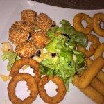 l'assiette de tapas : croquetas, onion rings, calamar, bâtonnet de mozza