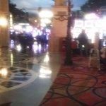 zona de casino y restaurantes bares, negocios, el techo es un cielo pintado