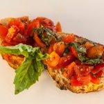 Bruschetta al pomodoro e basilico fresco