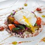 Салат из оСьминога с овощами, вялеными томатами и яйцом пашот (Фитнес меню)