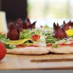 Pizza del bosque, con fresas y flores comestibles, para chuparse los dedos