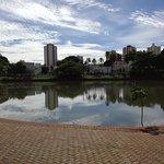 bonita foto del lago y los edificios al fondo