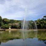 Foto del lago y sus chorros de agua