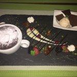 Soufflé au chocolat Toblerone, glace aux noix et croquant au chocolat avec mûres et framboises
