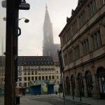A gauche, de l'entrée de l'hôtel.. se trouve La place/manège et la cathédrale à deux pas