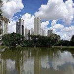 foto del lago edificios y las nubes