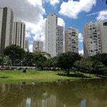 foto de edificios junto al lago