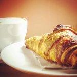 Desayuno/ Merienda Clásico:  Croissant +   Café con Leche