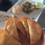 Pastel com molho dr vatapa, prato da boa lembrança de camarão empanado com tapioca e com risoto