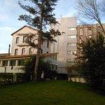 Jardín y parte trasera del hotel