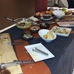 la mesa del desayuno, la foto fue tomada a las 9, 00, solo manzanas ( unica fruta)
