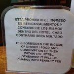 uno de los carteles de advertencias que hace colocar el gerente, único en el mundo
