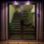Hotel ubicado a la entrada de una pequeña galería con escalera de fácil acceso para minusvalidos