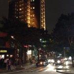 Outra rua, vista noturna.