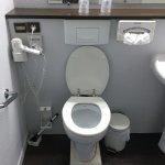 toilette sur socle en bois bancale