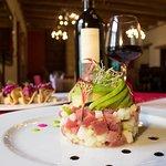 Tartar de atún acompañado de una deliciosa copa de nuestro mejor vino