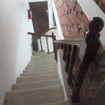 Escalera que comunica la habitación con el comedor.