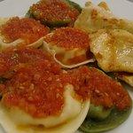 RAVIOLLI COM RECHEIO DE RICOTA E NOZES, COM MOLHO ITALIANO e filé de frango grelhado