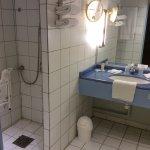 Grande salle bain, un peu vieillotte mais fonctionnelle