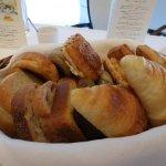 洋朝食に提供される、ル・パン謹製8種のパン(2人前)