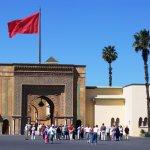 Главные ворота дворца и национальный флаг Марокко