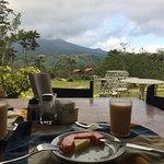 Terraza, zona de desayuno , micro televisión y vistas desde la habitación