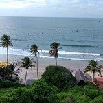 A vista do mirante nos presenteia com um mar azul e lindos coqueiros.