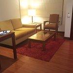 Habitación Jr Suite. Tiene una equeña sala y el baño. La habitacion esta separada.