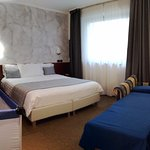 Hotel Medea Alba (CN). Suite matrimoniale con poltrona letto e lettino per bebè