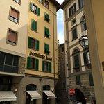 Vue de la rue, en bordure de l'Arno