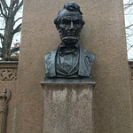 Bust of Lincoln, commenting the Gettysburg address, which was delivered at the cemetery