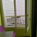 patio vue mur, WC à droite de la photo