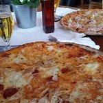 Charly Tomaten, Mozzarella, scharfe Salami, Thunfisch, Zwiebel, Gorgonzola, Origano