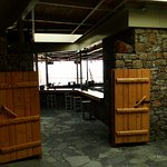 Bar e boate na praia, na alta temporada é o point da ilha!