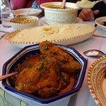 Le couscous sur table avec une partie des viandes
