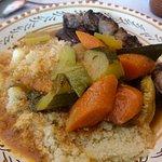 Dans l'assiette semoule, légumes, la brochette de beoeuf et les merguez.