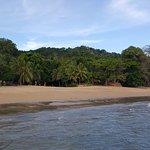 la plage (su la gauche : le centre de plongée)
