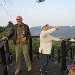 Aqui con Andrés el guía en un tour para ver el amanecer en un mirador y claro preparando el café