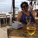 Esperando la comida con una cerveza helada, hermosa vista al mar