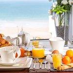 Petit-déjeuner en chambre Mer et Suite Vue Mer