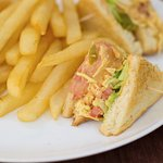 Club Sandwich con Papas a la Francesa